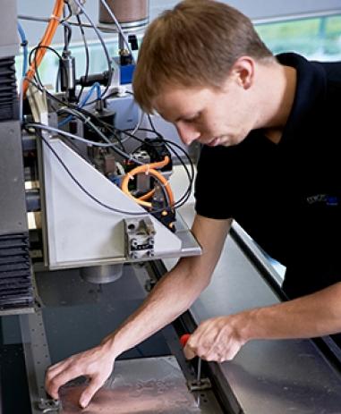 Découpe au jet d'eau au laboratoire de Waterjet AG dans lequel de nouveaux procédés sont développés.